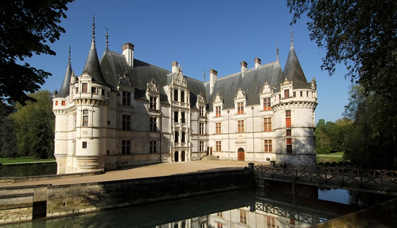 Loire Valley Guided Day Tour with Lunch: The Chateaux of Azay-le-Rideau, Rivau and Villandry - from the city of Tours