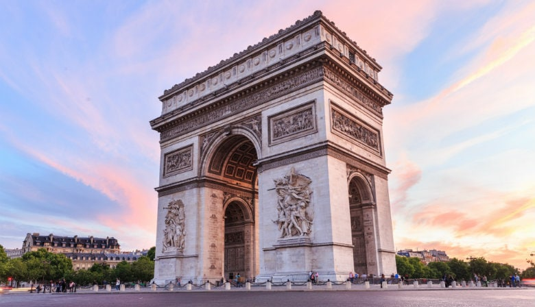 Sonnenuntergang über dem Arc de Triomphe von Paris