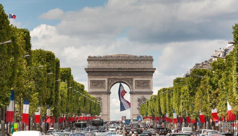 Champs Elysées Allee mit dem Arc de Triomphe