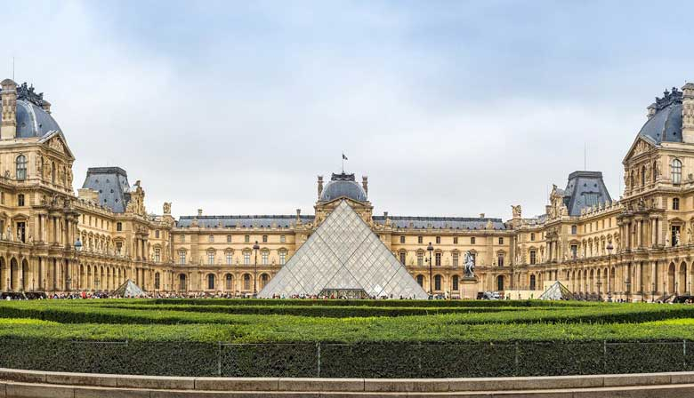 Discover the Louvre Museum aboard the Big Bus
