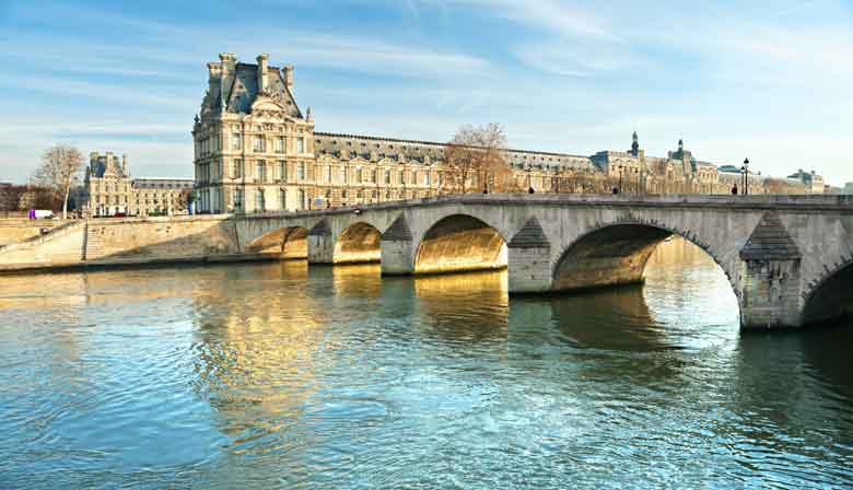 塞纳河游船和巴黎桥