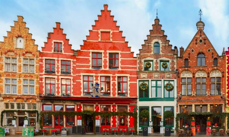 ブリュージュの歴史的中心の色付きの家