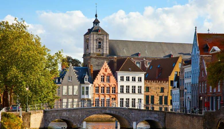 Pont au-dessus du canal à Bruges