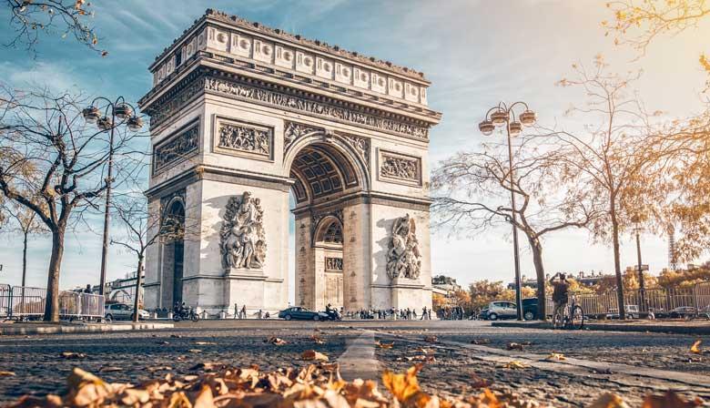 参观巴黎雄伟的凯旋门