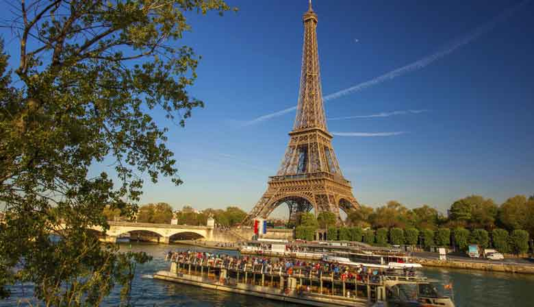 Dinner cruise with Eiffel Tower view