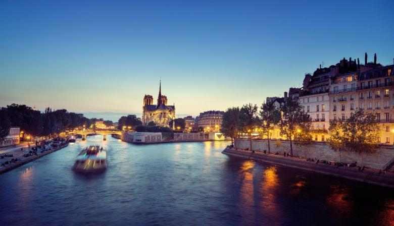 Schifffahrt in Paris bei Nacht in Notre Dame Kathedrale