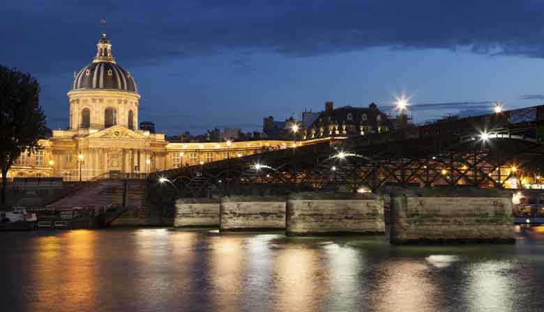Passeio pelo rio Sena a noite