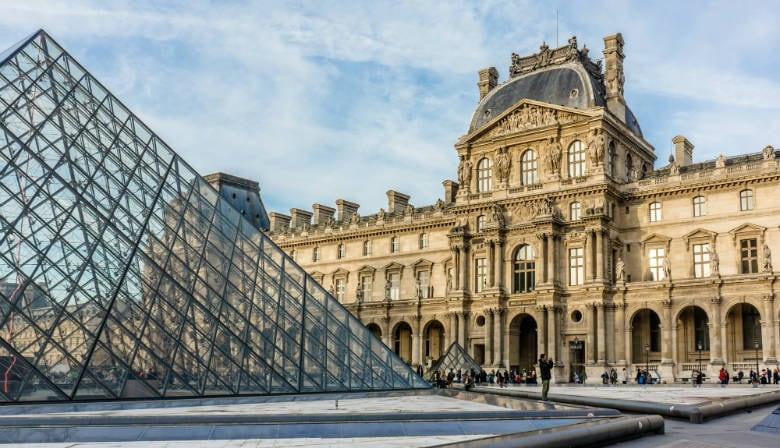 Pirámide a la entrada del museo del Louvre