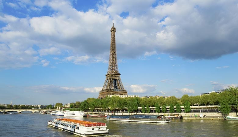 Lunch cruise facing Eiffel Tower