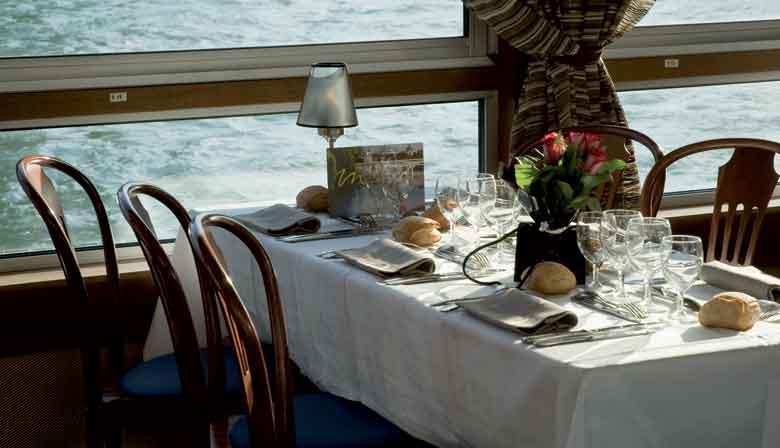 Mesa almozo cruzeiro no barco da Marina