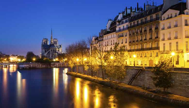 Romantic Seine dinner cruise in Paris