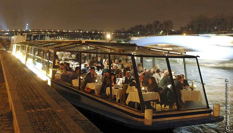 Das Marina de Paris Boot unter einer Brücke