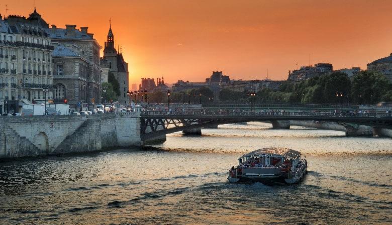 在塞纳河的日落在巴黎