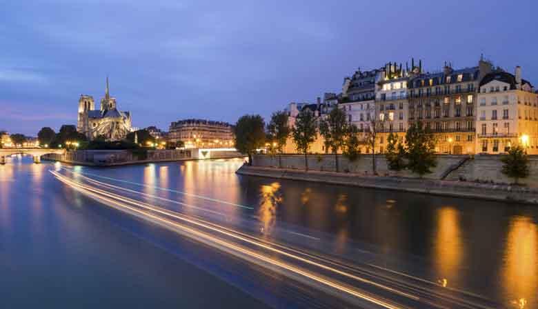 Romantic evening in the Bateaux Parisiens