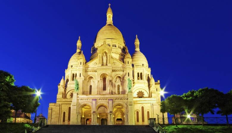 La Basilica iluminada del Sagrado Corazon en Montmartre