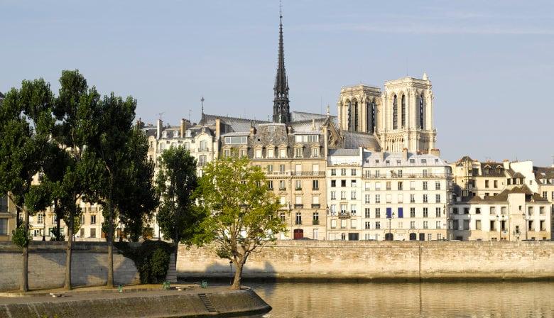 パリのセーヌ川にクリスマスを祝います