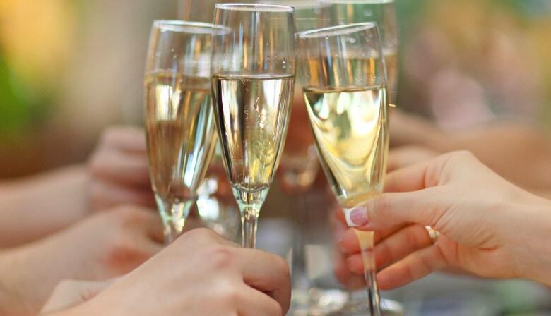 パリでクリスマスを祝うためにシャンパン