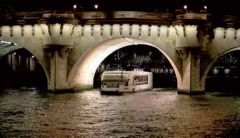 晚宴巡航船在桥下通道