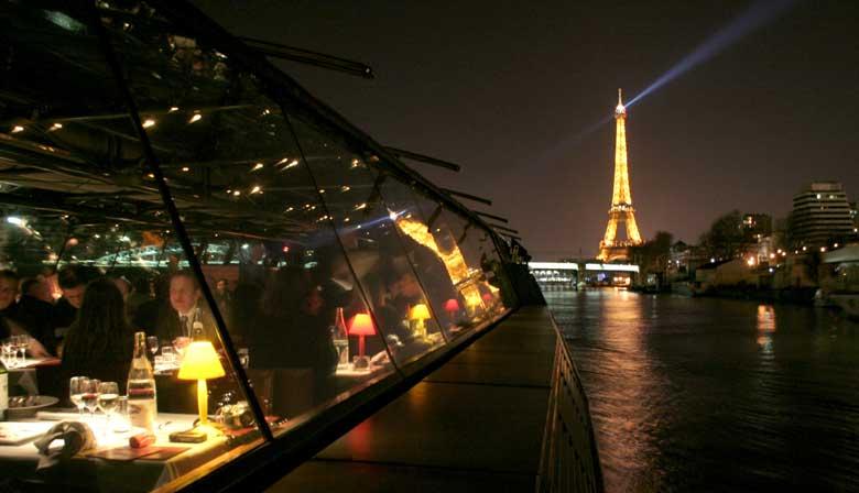 Jantar nos Bateaux Parisiens e vista do Paris iluminádo