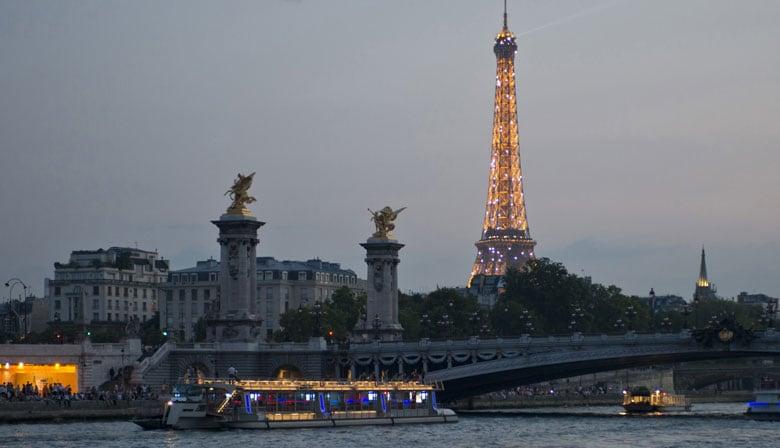 Dîner sur la Seine avec les Bateaux Parisiens et vue sur la Tour Eiffel