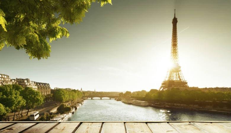 Por do sol bonito sobre a Torre Eiffel