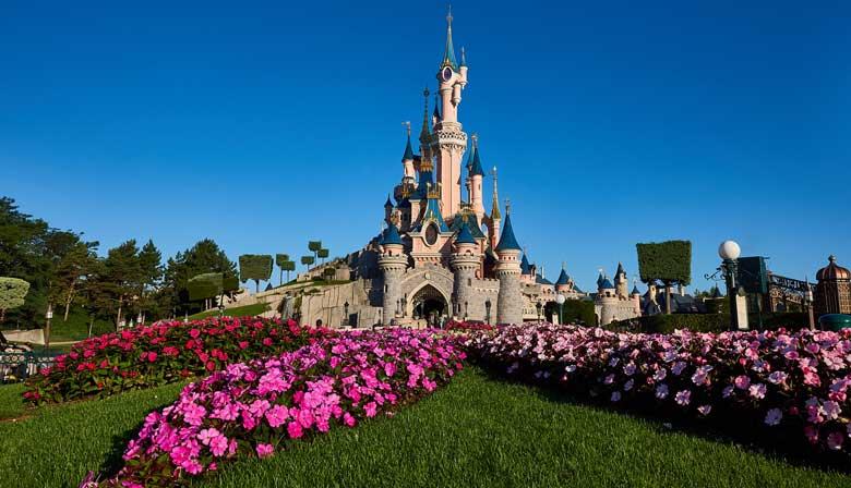 El castillo de la Bella Durmiente con flores en Disneyland París