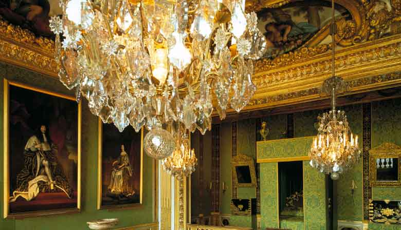 Visit the king's room in Fontainebleau castle
