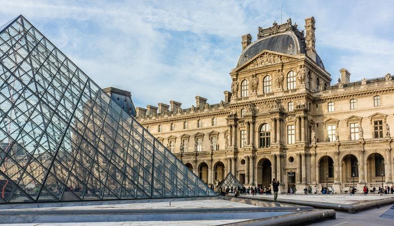 天窗博物馆的金字塔在巴黎