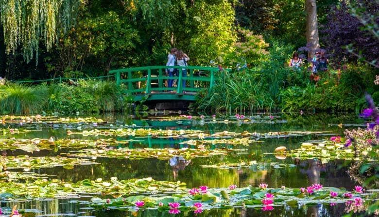 Cruzar el estanque de Japanese sobre el estanque de Giverny
