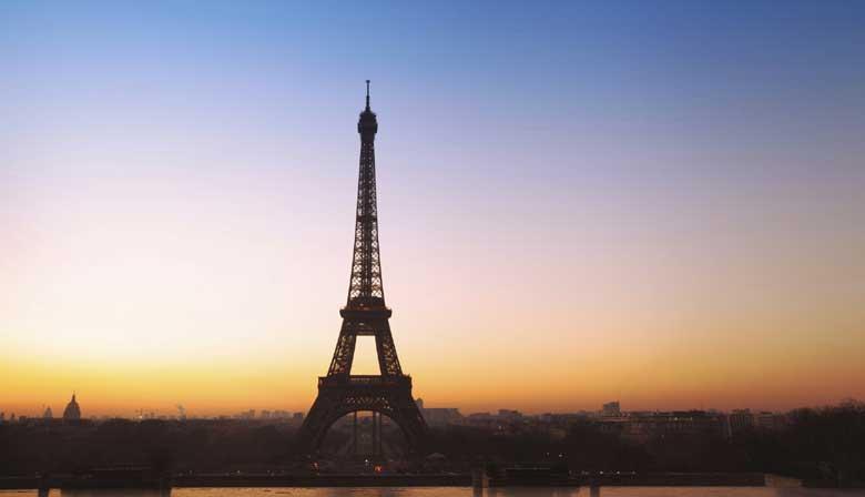 夜间城市观光的艾菲尔铁塔