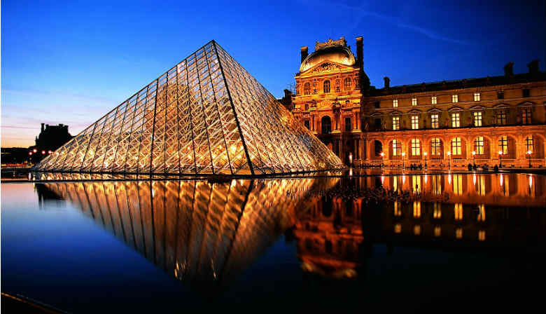 City tour passing by the Louvre Museum