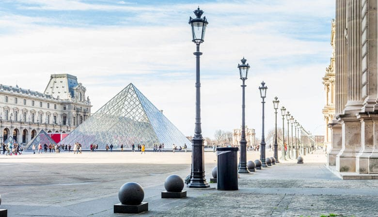 Pyramide des Louvre in Paris