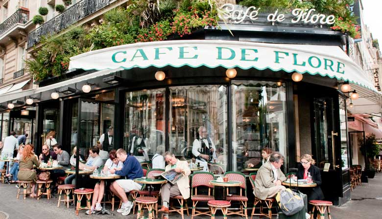 Tour departure in front of the Café de Flore