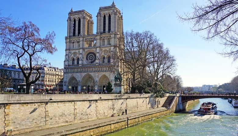Vista de la Catedral Notre-Dame Cathedral desde el río Sena