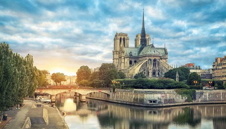 Puesto del sol sobre la Catedral Notre-Dame