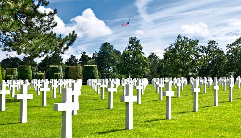 Moment émouvant au cimetière américain de Normandie