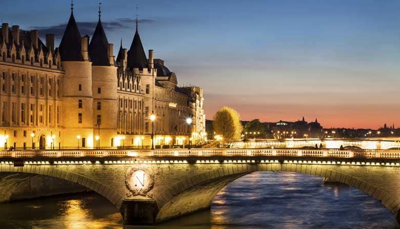 Noche del Año Nuevo por el Sena en París