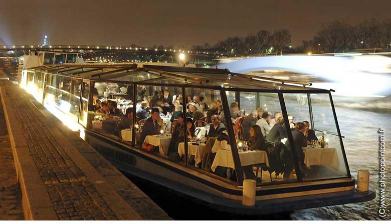Noche del Año Nuevo en un barco restaurante