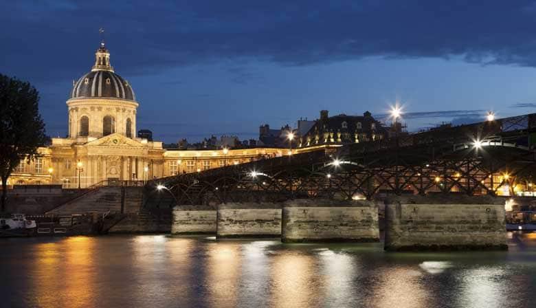 Celebrar o Ano Novo no Sena em Paris