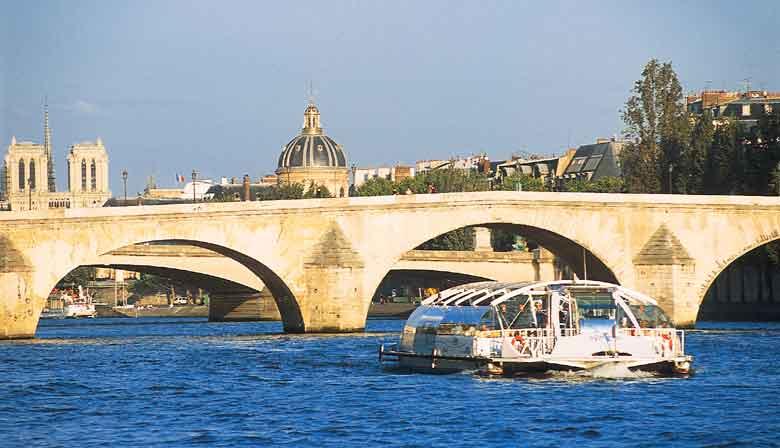Cruzeiro no Batobus no rio Sena em Paris