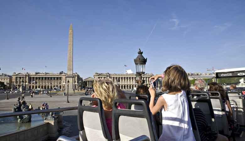 Bus découvert sur la Place de la Concorde