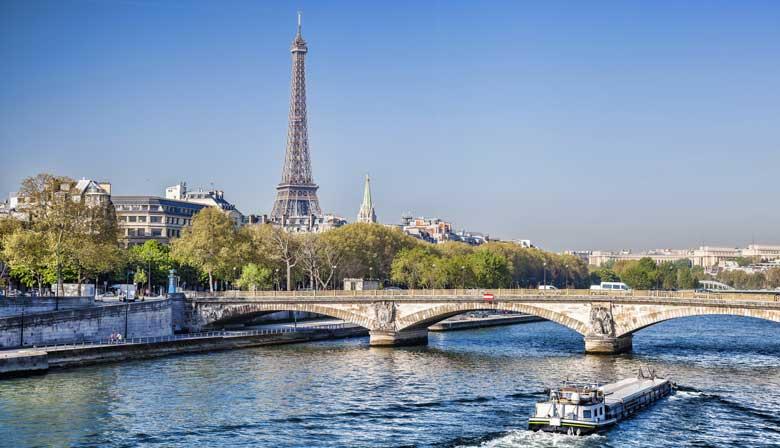 Cruzeiro no rio com vista para a Torre Eiffel