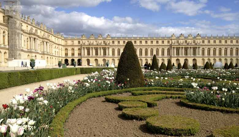 visit the gardens of the palace of Versailles