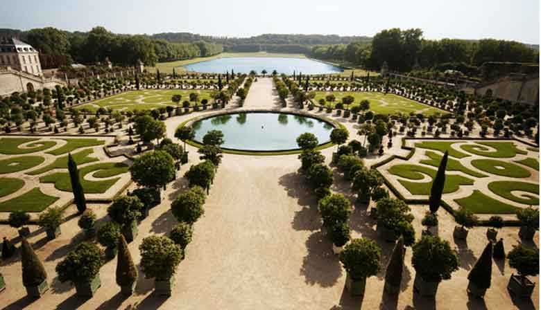 visit Versailles in the morning and discover its fountains