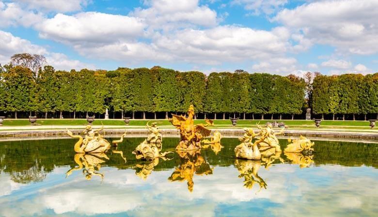 Fontaine dans les jardins du domaine de Versailles