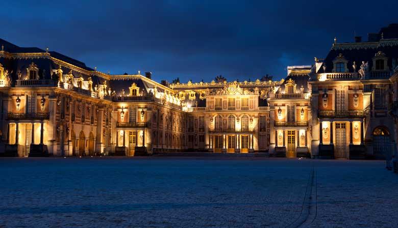 シャトー・デ・ヴェルサイユ宮殿での夜のイルミネーション