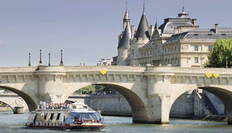Notre-Dame  vue de la Seine avec une coupe de champagne