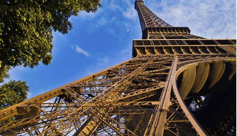 Tour Eiffel et bateau sur la Seine