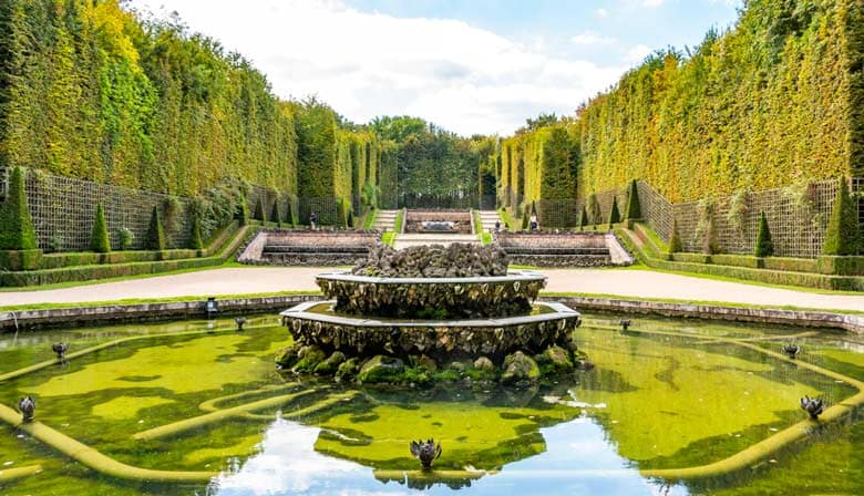 Discover fountains in the gardens of Versailles