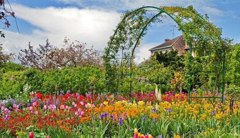 莫奈在吉维尼的鲜花盛开的花园